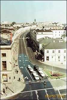 Ulica Nowy Świat, widok panoramiczny w kierunku Krakowskiego Przedmieścia od strony Banku Gospodarstwa Krajowego (BGK) w Alejach Jerozolimskich, Warszawa