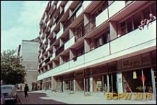 Budynek mieszkalny przy ulicy Wilczej z parterową zabudową handlowo-usługową, Warszawa