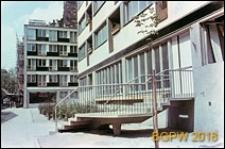 Budynek mieszkalny, plomba przy ulicy Wilczej, wejście, schody do bloku, Warszawa