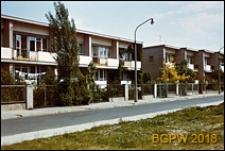 Osiedle mieszkaniowe Bielany, ulica Pawlikowskiej-Jasnorzewskiej, szeregowe domki jednorodzinne, Warszawa