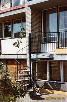 Osiedle mieszkaniowe Bielany, ulica Pawlikowskiej-Jasnorzewskiej, kręcone schody do domku jednorodzinnego, Warszawa