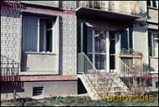 Osiedle mieszkaniowe Bielany I, fragment bloku mieszkaniowego z wejściem, Warszawa