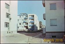 Osiedle mieszkaniowe Młynów, fragment zabudowy, bloki z balkonami, Warszawa