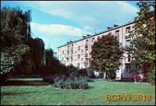 Osiedle mieszkaniowe WSM Mokotów, blok mieszkalny czterokondygnacyjny wśród zieleni, Warszawa