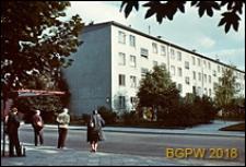 Osiedle mieszkaniowe WSM Mokotów, przystanek autobusowy obok bloku mieszkaniowego, Warszawa