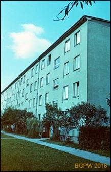 Osiedle mieszkaniowe WSM Mokotów, widok bloku od strony wejścia, Warszawa