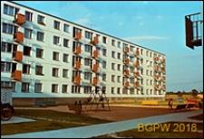 Osiedle mieszkaniowe Prototypów na Służewcu, pięciokondygnacyjny budynek z kolorowymi balkonami, Warszawa