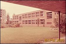 Szkoła, fragment elewacji budynku, widok z podcieni na budynek i ogród szkolny, Zurych, Szwajcaria
