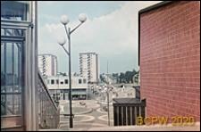 Centralna część dzielnicy, widok z góry na plac miejski Vällingby Torg z fontanną pośrodku, Sztokholm-Vällingby, Szwecja
