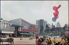 Centrum Handlowe Vällingby na placu Vällingby Torg przed dworcem kolejowym, fragment elewacji budynku, Sztokholm-Vällingby, Szwecja