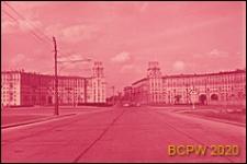 Plac Gagarina przylegający do Alei Lenina, widok na dwa obszerne budynki mieszkalne wzniesione symetrycznie po dwóch stronach placu, Moskwa, Rosja