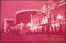 """Kino """"Mir"""" i budynek Państwowego Cyrku, widok w oświetleniu nocnym, Moskwa, Rosja"""