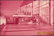 """Kino """"Rossiâ"""", wnętrze, hol, schody prowadzące na antresolę z prawej strony drzwi wejściowych, Moskwa, Rosja"""