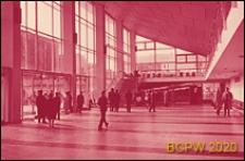 """Kino """"Rossiâ"""", wnętrze, hol, drzwi wejściowe oraz schody prowadzące na antresolę z lewej strony wejścia do kina, Moskwa, Rosja"""
