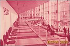 """Kino """"Rossiâ"""", wnętrze, antresola, widok z góry na wejście do hallu oraz schody wewnętrzne prowadzące na antresolę, Moskwa, Rosja"""