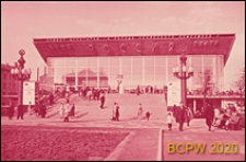 """Kino """"Rossiâ"""", fasada budynku, schody zewnętrzne prowadzące do wejścia, Moskwa, Rosja"""