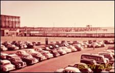 Widok z góry na parking samochodowy przy lotnisku, Gatwick Airport, Anglia, Wielka Brytania
