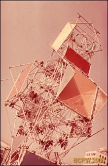 VI Kongres UIA, fragment metalowej konstrukcji z logotypem UIA przy pawilonie wystawowym, Londyn, Wielka Brytania