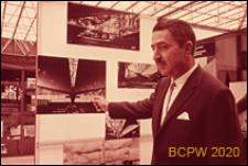 VI Kongres UIA, architekt Félix Candela na tle wystawy projektów własnych, Londyn, Wielka Brytania