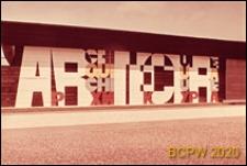 """VI Kongres UIA, fragment elewacji pawilonu wystawowego z napisem """"Architecture"""" w czterech językach, Londyn, Wielka Brytania"""