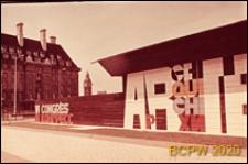 """VI Kongres UIA, fragment elewacji pawilonu wystawowego z napisem """"VI Congrès Architecture"""", Londyn, Wielka Brytania"""