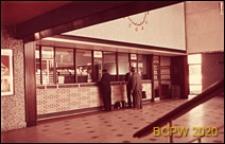 Wnętrze hallu stacji kolejowej, punkty sprzedaży biletów, Chichester, Anglia, Wielka Brytania