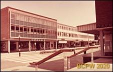 Centrum miasta, elewacje frontowe budynków biurowych z pomieszczeniami sklepowymi na parterze, Crawley, Anglia, Wielka Brytania