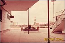 Widok z podcienia na budynek miejski, Harlow, Anglia, Wielka Brytania