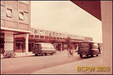 Budynek miejski dwukondygnacyjny z pomieszczeniami sklepowymi na parterze, widok od strony ulicy, Harlow, Anglia, Wielka Brytania