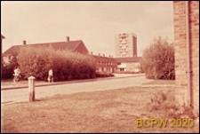 Fragment zabudowy mieszkaniowej, widok od strony drogi osiedlowej, Harlow, Anglia, Wielka Brytania