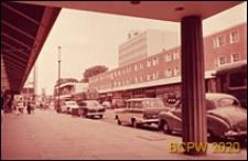 Widok z podcienia na budynek mieszkalny trzykondygnacyjny z lokalami sklepowymi na parterze, Hemel Hempstead, Anglia, Wielka Brytania