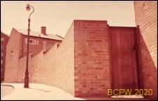 Budynek mieszkalny otoczony murem, drzwi wejściowe prowadzące na dziedziniec wewnętrzny, Londyn, Wielka Brytania