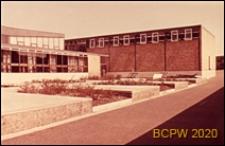 Szkoła średnia zawodowa, pływalnia, widok od strony dziedzińca szkolnego, Londyn, Wielka Brytania