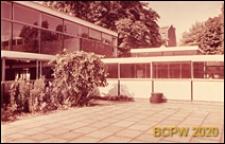Szkoła, fragment szklanej elewacji budynku, widok od strony dziedzińca wewnętrznego, Londyn, Wielka Brytania