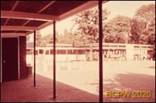 Szkoła pierwszego stopnia Bousfield Primary School, widok z podcienia na budynek szkolny, Londyn, Wielka Brytania