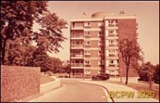 Osiedle mieszkaniowe Derby Hill Estate, budynek mieszkalny sześciokondygnacyjny, widok od strony ulicy osiedlowej, Londyn, Wielka Brytania