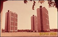 Osiedle mieszkaniowe Brandon Estate, widok z podcienia na wieżowce mieszkalne, Londyn, Wielka Brytania