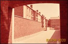 Osiedle mieszkaniowe Brandon Estate, budynki mieszkalne trzykondygnacyjne, widok spod łuku, Londyn, Wielka Brytania