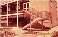 Osiedle mieszkaniowe Brandon Estate, piętrowy budynek mieszkalny, schody zewnętrzne prowadzące na piętro, Londyn, Wielka Brytania