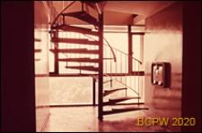 Osiedle mieszkaniowe Brandon Estate, widok klatki schodowej w budynku mieszkalnym, Londyn, Wielka Brytania