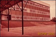 Widok z podcienia na gmach główny szkoły, Bagneaux, Francja