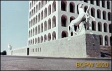 Dzielnica Esposizione Universale di Roma, Pałac Kultury Włoskiej, grupa rzeźbiarska przed pałacem przedstawiająca jednego z mitycznych braci Dioskurów, Rzym, Włochy