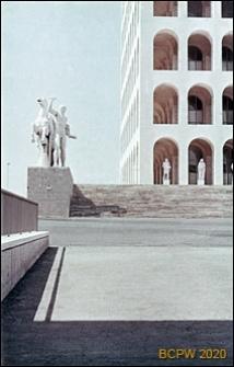 Dzielnica Esposizione Universale di Roma, Pałac Kultury Włoskiej, fragment dolnej części elewacji frontowej oraz grupa rzeźbiarska przed pałacem przedstawiająca jednego z mitycznych braci Dioskurów, Rzym, Włochy