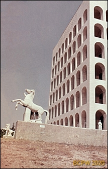 Dzielnica Esposizione Universale di Roma, Pałac Kultury Włoskiej, elewacja frontowa budynku oraz dwie grupy rzeźbiarskie przed fasadą przedstawiające mitycznych braci Dioskurów, Rzym, Włochy