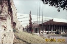 Dworzec kolejowy Termini, widok zewnętrzny budynku połączonego ze starymi murami miasta, Rzym, Włochy