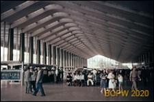 Dworzec kolejowy Termini, wnętrze hali dworcowej, punkty obsługi pasażerów oraz poczekalnia, Rzym, Włochy