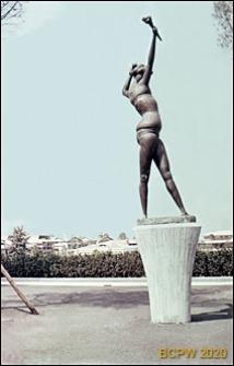 Dzielnica Esposizione Universale di Roma, rzeźba zawodnika ze zniczem przy Pałacu Sportu, Rzym, Włochy