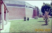 Ośrodek sportowy Acqua Acetosa, elewacja budynku hali treningowej oraz fragment pergoli, Rzym, Włochy