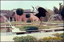 Ośrodek sportowy Acqua Acetosa, ogród z fontanną i rzeźba przedstawiającą ptaka, Rzym, Włochy