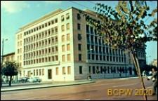 Budynek sześciokondygnacyjny w centrum miasta, widok naroża budynku, Ateny, Grecja